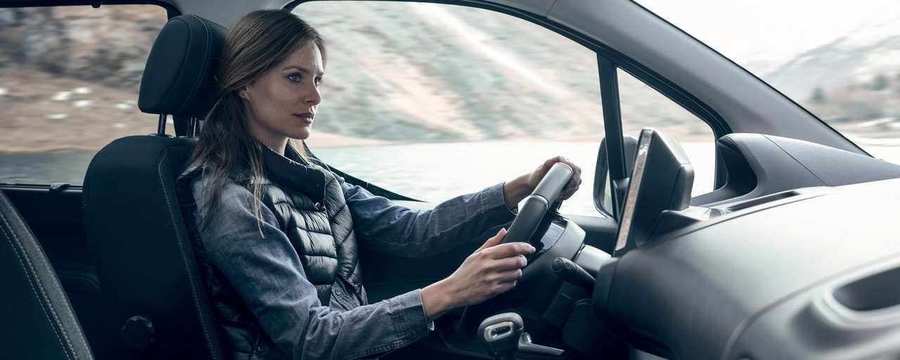 New PEUGEOT RIFTER – interior comfort with woman behind the wheel