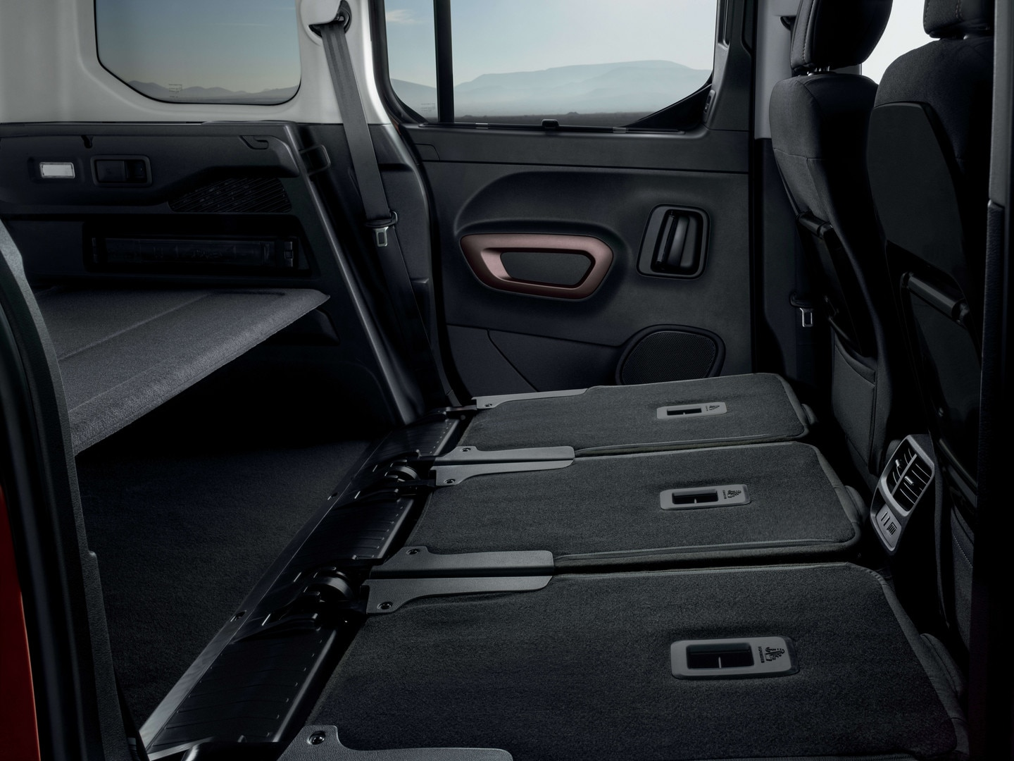 NEW PEUGEOT RIFTER – 3 individual rear seats folded away