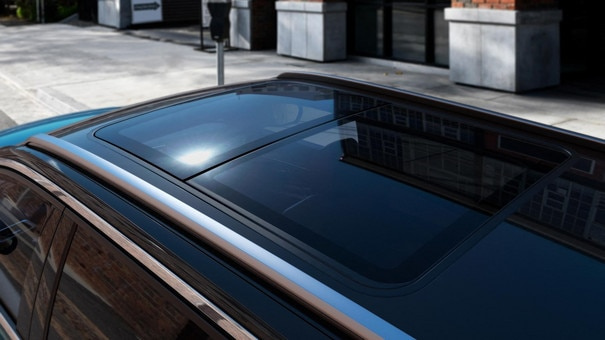 New PEUGEOT 5008 SUV: panoramic sunroof
