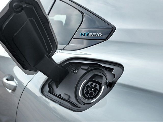 PEUGEOT PLUG-IN HYBRID: Discreetly installed, the charging hatch is located on the rear left wing of the vehicle (symmetrically to the fuel hatch).