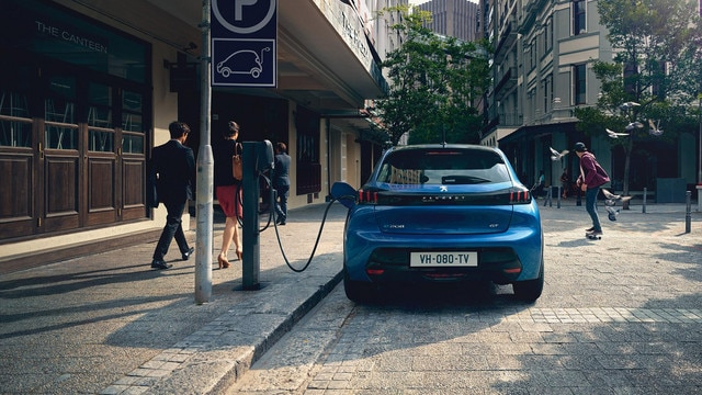 NEW PEUGEOT 208 ELECTRIC –  Full rear end and charge on the station
